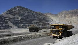 Trucks travel along roads at the Los Bronces copper mine, some 65 km (40 miles) northeast of Santiago city and 3500 meters above sea level in this March 20, 2009 file picture. REUTERS/Ivan Alvarado/Files