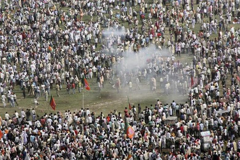 Smoke rises after a bomb exploded near a public ground where Gujarat's chief minister Narendra Modi, the prime ministerial candidate for Bharatiya Janata Party (BJP), was to address a rally in Patna October 27, 2013. REUTERS/Krishna Murari Kishan/Files