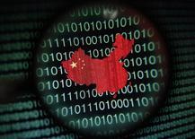"""Un mapa de China visto a través de una lupa junto con códigos binarios en la pantalla de una computadora en Singapur, ene 2 2014. Las autoridades chinas dijeron el martes que detuvieron a 1.530 personas en una redada contra el uso de estaciones falsas de telecomunicaciones para mandar mensajes de texto """"spam"""" a los teléfonos móviles, un problema persistente en el principal mercado de telefonía móvil del mundo. REUTERS/Edgar Su"""