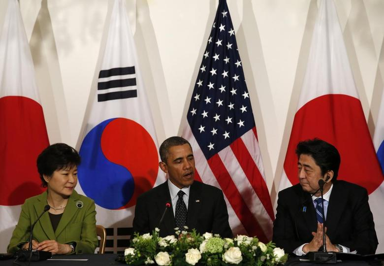 U.S. President Barack Obama holds a tri-lateral meeting with President Park Geun-hye of the South Korea (L) and Prime Minister Shinzo Abe of Japan (R) after the Nuclear Security Summit in The Hague March 25, 2014. REUTERS/Kevin Lamarque
