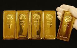 Слитки золота в магазине Ginza Tanaka в Токио 7 сентября 2009 года. Цены на золото растут с минимального уровня с середины февраля, но признаки роста американской экономики и слабый спрос на физическом рынке сдерживают рост. REUTERS/Yuriko Nakao