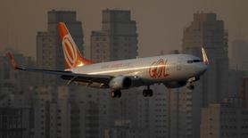 Uma aeronave da Gol se prepara para pousar no aeroporto de Congonhas em São Paulo. A empresa aérea Gol sofreu o oitavo trimestre seguido de prejuízo líquido, mas conseguiu reduzir as perdas em 95,7 por cento no quarto trimestre de 2013 sobre igual período de 2012, informou a companhia na noite de terça-feira. 11/07/2011 REUTERS/Nacho Doce