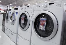 Una serie de lavadoras y secadoras a la venta en una tienda en Nueva York, jul 28 2010. Los pedidos por bienes manufacturados duraderos en Estados Unidos subieron en febrero, pero una sorpresiva caída en un indicador de gastos planeados en bienes de capital apuntó a un lento crecimiento económico en este trimestre. REUTERS/Shannon Stapleton