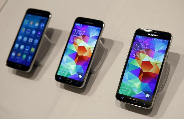 New Samsung Galaxy S5 smartphones are seen on a display at the Mobile World Congress in Barcelona February 23, 2014. REUTERS/Albert Gea