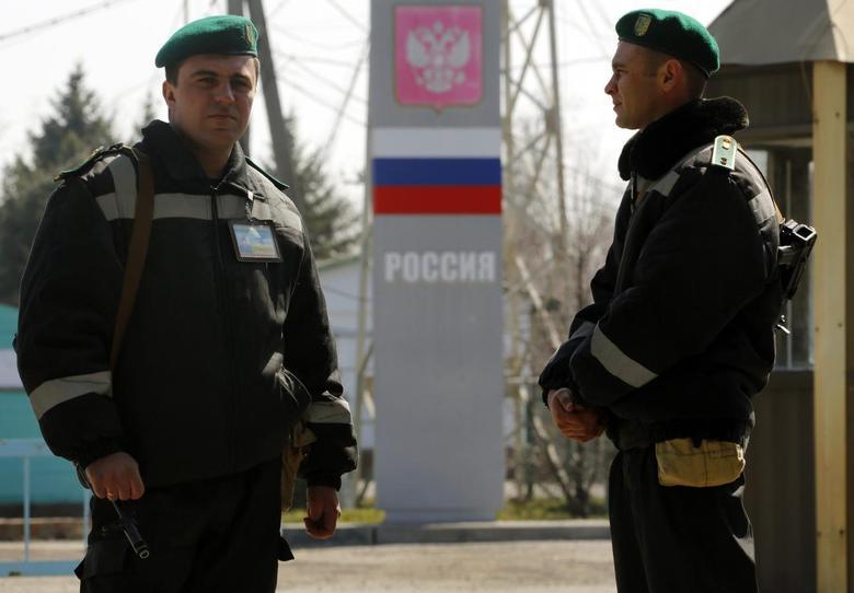 Ukrainian border guards stand at a Russian-Ukrainian border crossing near the village of Uspenka, in eastern Ukraine March 25, 2014. REUTERS/Yannis Behrakis