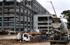 Trabalhadores no canteiro de obras da Arena da Baixada, em Curitiba. A taxa de desemprego no Brasil subiu a 5,1 por cento em fevereiro, segundo mês seguido de alta e após fechar janeiro em 4,8 por cento, enquanto a renda da população registrou alta no mês passado. 18/02/2014 REUTERS/Rodolfo Buhrer