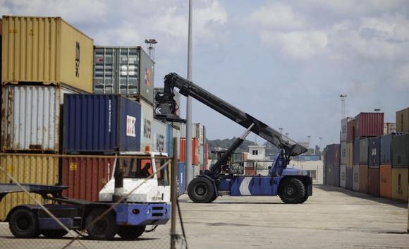 Men operate cranes at Havana Port's container terminal September 23, 2013. REUTERS/Desmond Boylan