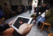 Мужчина пытается подключиться к видеохостингу Youtube в кафе в Стамбуле 27 марта 2014 года. Спустя неделю после запрета на пользование Twitter Турция заблокировала доступ к видеохостингу YouTube, принадлежащему Google, который сообщил, что проверяет жалобы пользователей. REUTERS/Osman Orsal
