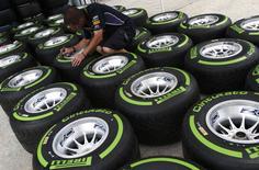 Pirelli, le cinquième fabricant mondial de pneus, a réduit jeudi sa prévision de ventes pour cette année en raison de l'impact des taux de change, annonçant dans la foulée des hausses de prix pour les marchés latino-américains. Le groupe italien prévoit désormais un chiffre d'affaires de 6,2 milliards d'euros au lieu d'un précédent objectif de 6,6 milliards. /Photo prise le 27 mars 2014/REUTERS/Edgar Su