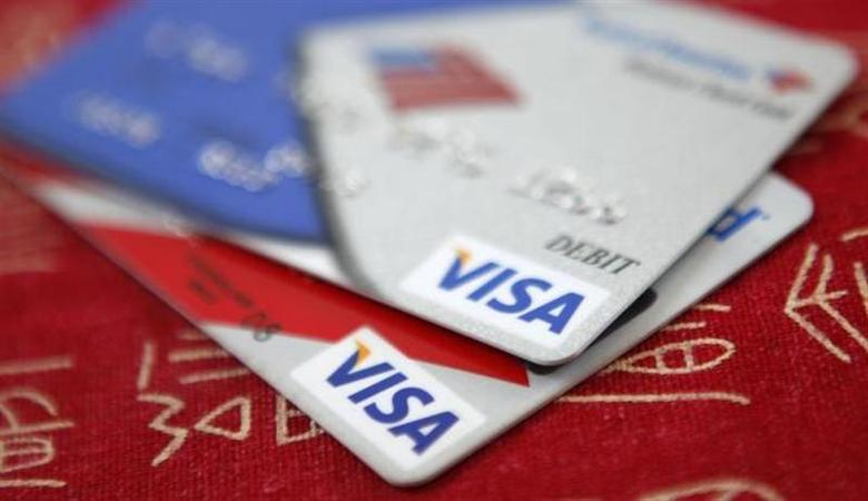 Visa credit cards are displayed in Washington October 27, 2009. REUTERS/Jason Reed/Files
