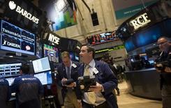 Трейдеры на торгах Нью-Йоркской фондовой биржи 24 марта 2014 года. Уолл-стрит завершила торги четверга снижением во главе с акциями банковского и технологического секторов, а индекс S&P 500 растерял большую часть завоеванных с начала год позиций. REUTERS/Brendan McDermid