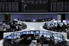 Les Bourses européennes progressent vendredi à mi-séance et pourraient boucler une deuxième semaine consécutive de hausse grâce notamment au secteur des matières premières, portées par l'annonce par la Chine de mesures de soutien à son écononomie. Vers 13h, le CAC 40 progressait de 0,41% à Paris, le Dax gagnait 0,96% à Francfort et le FTSE avançait de 0,16% à Londres. /Photo prise le 28 mars 2014/REUTERS/Remote