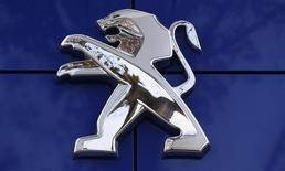 El logo de Peugeot en una concesionaria de la firma en París, dic 13 2013. El presidente de la automotriz china Dongfeng Motor Group dijo el viernes que la cooperación con la automotriz francesa PSA Peugeot Citroën no se limita a Asia Pacífico, y que Brasil y Rusia son posibles mercados futuros. REUTERS/Jacky Naegelen
