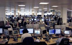 Jornalistas trabalham na redação da Thomson Reuters no distrito em Canary Wharf, Londres. Vinte e uma das 25 maiores organizações jornalísticas do mundo têm sido alvo de ataques de hackers que podem ter sido apoiados por diferentes países, segundo uma pesquisa de dois engenheiros de segurança do Google. 04/03/2007 REUTERS/Simon Newman