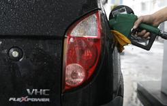 A gas station worker fills a car's tank with ethanol in Rio de Janeiro April 30, 2008. REUTERS/Sergio Moraes