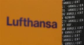 Imagen de archivo del logo de Lufthansa junto a una serie de anuncios de vuelos cancelados en el aeropuerto Fraport en Fráncfort, mar 21 2014. La aerolínea alemana Lufthansa canceló 3.800 vuelos para los próximos días ante una planeada huelga de pilotos que se extenderá por tres jornadas a partir del miércoles. REUTERS/Lisi Niesner/Files