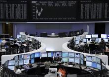 Unos operadores en la bolsa alemana de Fráncfort, mar 27 2014. Las acciones listadas en Milán tuvieron un mejor desempeño que sus pares europeas, lo que ayudó al índice referencial de la zona euro a tocar un máximo de cinco años y medio, por señales de que pequeños prestamistas están aumentando su capital y consiguiendo apoyo de inversores internacionales. REUTERS/Remote/Stringer