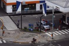 Una gasolinera de YPF en Buenos Aires, mayo 23 2013. - La petrolera argentina YPF pagará una tasa de un poco más de un 9 por ciento anual para el bono global en dólares a diez años cuyo lanzamiento anunció la semana pasada y concretaría el martes, en medio de una alta demanda por el título, reportó IFR, un servicio de Thomson Reuters. REUTERS/Marcos Brindicci