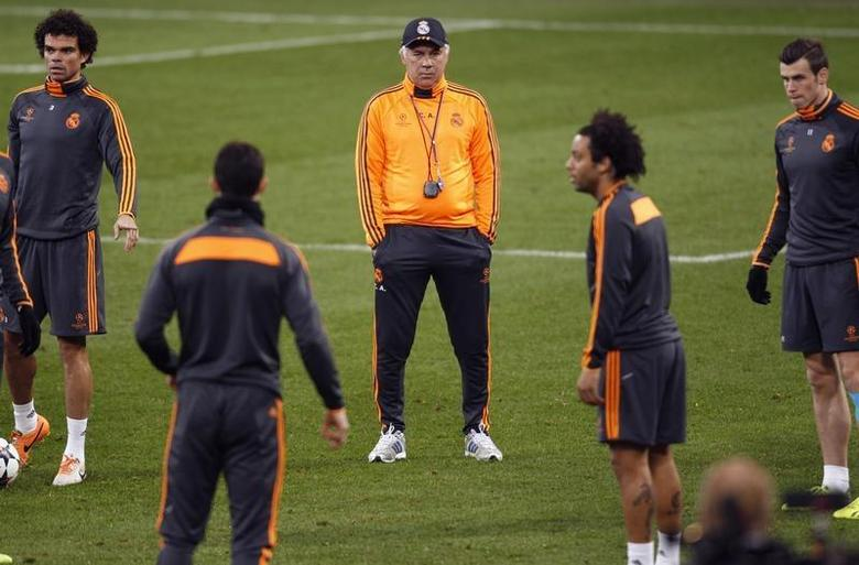 Real Madrid's coach Carlos Ancelotti (C) watches his team during a training session in Gelsenkirchen February 25, 2014. REUTERS/Ina Fassbender
