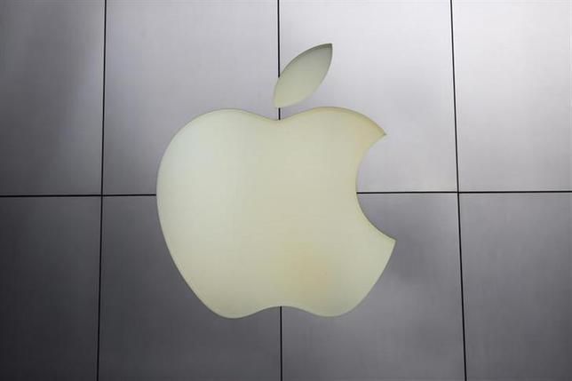4月1日、米アップルが今秋にも発売を予定しているiPhoneの新型機種に向けて、ジャパンディスプレイ、シャープ、韓国LGディスプレーのパネルメーカー3社が、5月以降に液晶の量産を始める計画があることがわかった。写真はアップルのロゴ。米カリフォルニア州で1月撮影(2014年 ロイター/Robert Galbraith)