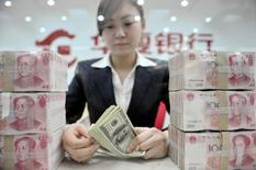 Les autorités de Hong Kong ont annoncé mardi qu'elles examinaient les activités d'un certain nombre de banques dans le cadre d'une enquête internationale sur une possible manipulation des taux de change. /Photo d'archives/REUTERS/Sheng Li