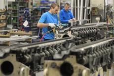 Un empleado en una compañía belga trabaja en la construcción de telares en una planta en Ypres, Bélgica. Foto de archivo 18 de enero, 2013. REUTERS/Yves Herman