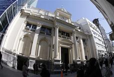 Transeúntes caminan frente al edificio del banco central de Argentina en Buenos Aires. Foto de archivo 27 de agosto, 2013. REUTERS/Enrique Marcarian
