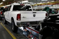 Ligne d'assemblage du Dodge Ram dans l'usine Chrysler de Warren, dans le Michigan. Les ventes de voitures neuves aux Etats-Unis ont enregistré un rebond plus marqué qu'attendu en mars après deux mois pendant lesquels la demande avait été déprimée par un hiver polaire.  Les ventes de Chrysler, désormais filiale à 100% de Fiat Chrysler Automobiles, ont bondi de 13%. /Photo prise le 11 décembre 2013/REUTERS/Rebecca Cook  RTX17ZS9