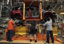 Unos trabajadores de la planta de ensamblaje de Ford en Louisville, EEUU, jun 13 2012. Las ventas de automóviles en Estados Unidos subieron en marzo luego de dos meses en los que el mal clima redujo la demanda, pero el robusto repunte en ventas pronosticado por algunos tendrá que esperar hasta abril, mostraron el martes reportes iniciales de grandes automotrices. REUTERS/John Sommers II