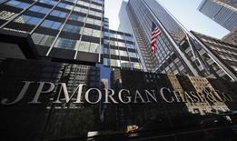 """Логотип JP Morgan Chase & Co у штаб-квартиры банка в Нью-Йорке 19 сентября 2013 года. Россия обвинила американский банк JPMorgan в """"незаконном"""" блокировании денежного перевода одной из её дипмиссий в адрес страховой компании """"под предлогом антироссийских санкций, введенных США в ответ на воссоединение Крыма с Россией"""". REUTERS/Mike Segar"""