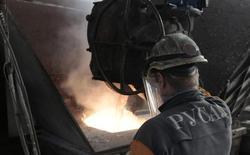 Рабочий на предприятии Русала в Красноярске 14 августа 2012 года. Один из крупнейших производителей алюминия в мире Русал продолжает переговоры с кредиторами об отсрочке платежей по долгу на $3,7 миллиарда и изменению связанных с ним ковенант, которые должны тестироваться в мае, сообщила компания Рейтер. REUTERS/Ilya Naymushin
