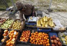 Женщина продает фрукты в Симферополе 12 марта 2014 года. Потребительские цены в России с 25 по 31 марта 2014 года прибавили 0,2 процента, сохраняя недельную динамику роста более полутора месяцев, сообщил Росстат. REUTERS/Vasily Fedosenko