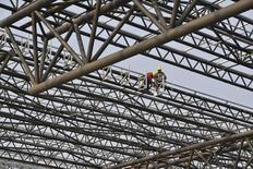 Station ferroviaire en construction à Hefei, dans la province chinoise d'Anhui. La Chine a annoncé mercredi deux premières mesures pour relancer sa croissance : une baisse d'impôt pour les petites entreprises et l'accélération de la construction de lignes de chemin de fer. /Photo prise le 28 mars 2014/REUTERS