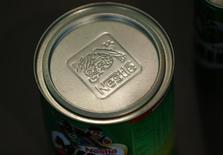 El logo de Nestlé en una lata de Milo en el salón de muestras de la firma en Vevey, Suiza, feb 13 2014. Las subidas de las acciones del grupo alimentario Nestlé y de Deutsche Post impulsaron a los mercados europeos el miércoles, ayudando a que un índice bursátil de la región cerrara por séptimo día consecutivo con ganancias. REUTERS/Denis Balibouse