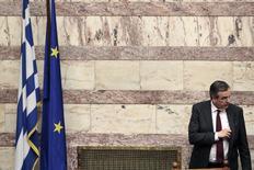 El primer ministro griego, Antonis Samaras, en una sesión del Parlamento en Atenas, mar 30 2014. Grecia ya dejó atrás la peor parte de la crisis de deuda que la asoló hace dos años y considera salir al mercado a emitir deuda dentro de los próximos tres meses, dijo el miércoles el primer ministro Antonis Samaras en una entrevista con Reuters. REUTERS/Alkis Konstantinidis