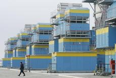 Рабочий на газокомпрессорной станции в украинском селе Мрин 16 декабря 2008 года. Газпром обеспокоен сокращением газа в украинских подземных хранилищах, необходимых для бесперебойных поставок основному клиенту - Европе, заявил российский концерн. REUTERS/Konstantin Chernichkin