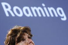 Еврокомиссар Нели Крус на пресс-конференции в Брюсселе 6 июля 2011 года. Европейские законодатели в четверг подавляющим числом голосов поддержали отмену роуминговых платежей за мобильные звонки, несмотря на опасения телекоммуникационных компаний. REUTERS/Yves Herman