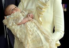 La duquesa Catalina de Cambridge sostiene a su hijo, el príncipe Jorge, tras su bautizo en el palacio St James de Londres, oct 23 2013. El príncipe Jorge usa pañales pero aún así se embarcará en su primera gira oficial este fin de semana, mientras se espera que la popularidad del miembro más joven de la realeza británica sofoque los movimientos republicanos en Australia y Nueva Zelanda. REUTERS/John Stillwell/pool