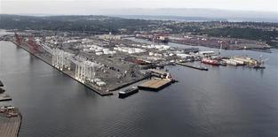 Unos barcos anclados en la bahía del puerto de Seattle, EEUU, ago 21 2012. El déficit comercial de Estados Unidos aumentó inesperadamente en febrero debido a que las exportaciones cayeron al mínimo en cinco meses, lo que sugiere que el crecimiento en el primer trimestre podría haber sido mucho más débil a lo anticipado. REUTERS/Anthony Bolante