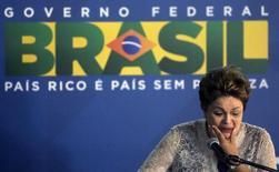 A presidente Dilma Rousseff durante cerimônia de assinatura da concessão do aeroporto Galeão, no Rio de Janeiro. Nesta quinta-feira, a presidente afirmou que a inflação se manterá dentro da meta neste ano. 02/04/2014 REUTERS/Ricardo Moraes