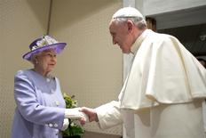 Britain's Queen Elizabeth (L) shakes hands with Pope Francis during a meeting at the Vatican April 3, 2014. REUTERS/Osservatore Romano