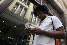 """Una persona utiliza un teléfono móvil en La Habana, mar 28 2008. Una agencia estatal estadounidense creó un """"Twitter cubano"""" para perjudicar al Gobierno comunista de la isla y eludir sus estrictas restricciones de internet, a través de empresas fantasmas financiadas mediante bancos extranjeros, reportó el jueves Associated Press (AP). REUTERS/Enrique De La Osa"""