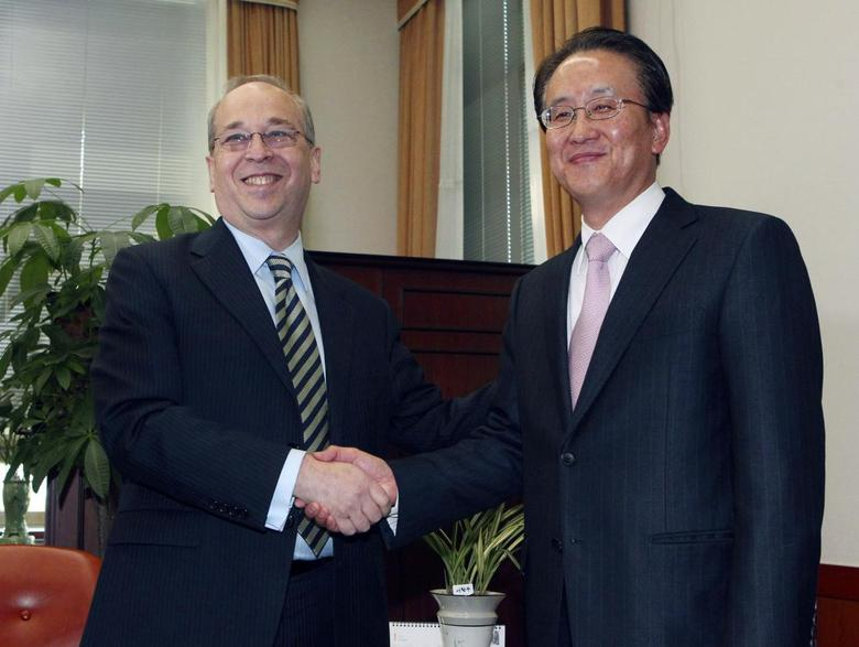 U.S. Assistant Secretary of State for East Asian and Pacific Affairs Daniel Russel (L) shakes hands with his South Korean counterpart Lee Kyung-soo during their meeting at the Foreign Ministry in Seoul January 26, 2014. REUTERS/Ahn Young-joon