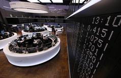 Помещение Франкфуртской фондовой биржи 21 июня 2013 года. Европейские фондовые рынки растут девятую сессию подряд, так как инвесторы рассчитывают на рост занятости в США с приходом весны. REUTERS/Ralph Orlowski
