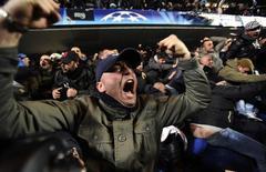 """Болельщики """"Наполи"""" празднуют гол в ворота """"Челси"""" в матче Лиги чемпионов в Лондоне 14 марта 2012 года. REUTERS/Dylan Martinez"""
