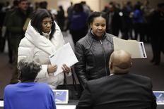 Unas personas en una feria laboral en Detroit, EEUU, mar 1 2014. Los empleadores de Estados Unidos mantuvieron un sólido ritmo de contrataciones por segundo mes consecutivo en marzo, en una señal más de resistencia de una economía que se vio impactada en los meses previos por un invierno demasiado frío. REUTERS/Joshua Lott/Files