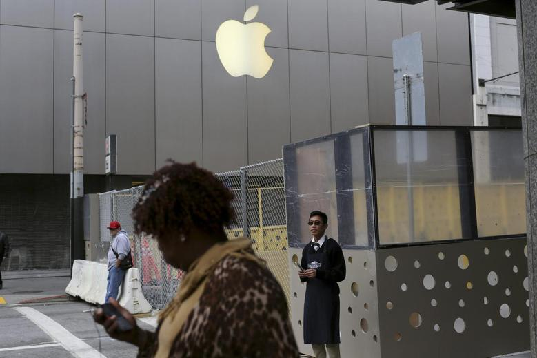 The Apple flagship retail store is pictured in San Francisco, California January 27, 2014. REUTERS/Robert Galbraith