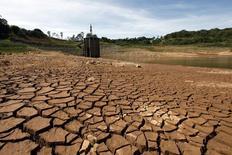 Vista geral do aparato de captação de água na represa do Jaguari, parte do sistema de abastecimento da Cantareira, em Joanópolis, no interior de São Paulo, em fevereiro. 21/02/2014 REUTERS/Paulo Whitaker