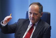 FOTO DE ARCHIVO: Benoit Coeure, miembro del Consejo de Gobierno del Banco Central Europeo (BCE), habla durante una entrevista con Reuters en Fráncfort. 12 de febrero, 2014. La recuperación ha llegado a la zona euro pero para alimentarla podrían requerirse tasas de interés más bajas, dijo Coeure en una entrevista publicada el viernes en el sitio web de Le Figaro. REUTERS/Ralph Orlowski