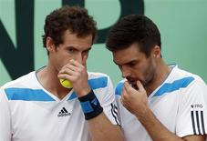 Britain's Andy Murray (L) chats with teammate Colin Fleming during their Davis Cup quarter-final doubles tennis match against Italy's Fabio Fognini and Simone Bolelli in Naples April 5, 2014. REUTERS/Alessandro Bianchi